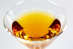 Un cocktail délicieux attendant sur un compteur blanc attendant pour être consommé images stock