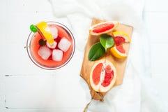 Un cocktail de margarita avec le jus de pamplemousse et une tranche de pamplemousse au bord du verre Photo stock