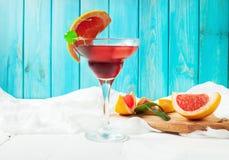 Un cocktail de margarita avec le jus de pamplemousse et une tranche de pamplemousse au bord du verre Photographie stock