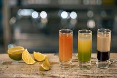 Un cocktail di tre colpi sulla barra, cocktail differenti nel menu della barra è sulla barra Fotografia Stock Libera da Diritti