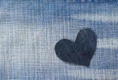 Un coeur élégant a coupé du denim bleu à un arrière-plan à la mode Image libre de droits