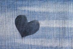 Un coeur élégant a coupé du denim bleu à un arrière-plan à la mode Photo stock