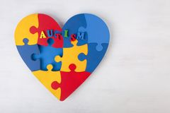 Un coeur coloré fait en puzzle symbolique d'autisme rapièce photo libre de droits