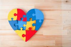 Un coeur coloré fait en puzzle symbolique d'autisme rapièce images libres de droits