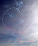 Un coeur d'amour de fumée dans un ciel bleu Photos libres de droits