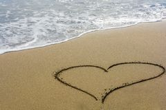 Un coeur dans le sable sur une plage avec l'espace libre pour le texte photo stock