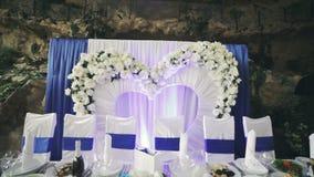 Un coeur de décor de mariage fleurit le fond banque de vidéos