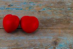 Un coeur de deux rouges sur le fond en bois avec l'espace de copie Photos libres de droits