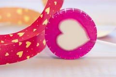 Un coeur de lolipop avec un ruban Photo stock