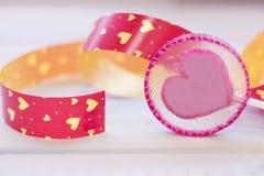 Un coeur de lolipop avec un ruban Image stock