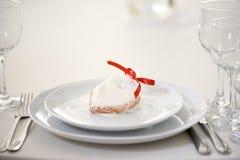 Un coeur de pain d'épice vitré par cadeau Photo libre de droits