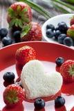 Un coeur de pain grillé avec des fruits Images libres de droits