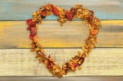 Un coeur de pot-pourri sur un fond en bois Image libre de droits