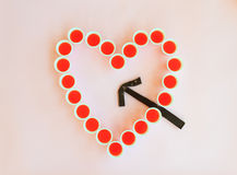 Un coeur des verres a frappé par une flèche de chocolat Photos libres de droits
