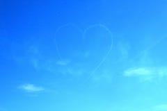 Un coeur dessiné dans un ciel par deux jets Images libres de droits