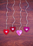 Un coeur du jour de valentine sur un fond en bois a modifié la tonalité avec un retr Photographie stock libre de droits