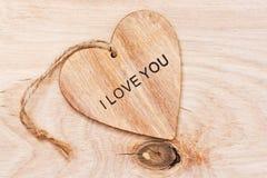 Un coeur en bois avec le texte je t'aime Images libres de droits