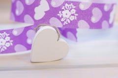 Un coeur en bois avec un ruban Photos libres de droits
