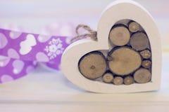 Un coeur en bois avec un ruban Photographie stock