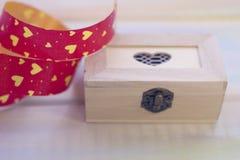 Un coeur en bois de cercueil avec un ruban Photographie stock libre de droits