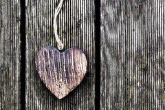 Un coeur en bois de vintage sur les planches en bois grunges. Amour Photos libres de droits