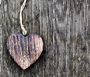 Un coeur en bois de vintage sur les planches en bois grunges. Amour Photo stock