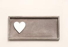 Un coeur en bois sur un signe pour une carte de voeux Image libre de droits