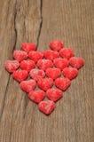Un coeur fabriqué à partir de la sucrerie sugarcoated de forme de coeur Photographie stock libre de droits