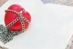 Un coeur rouge attaché avec des chaînes, Valentine Concept Images stock