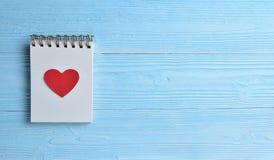 Un coeur rouge avec le bloc-notes vide Photographie stock libre de droits
