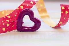 Un coeur rouge avec un ruban Photo libre de droits