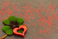 Un coeur rouge et un oxalide petite oseille Image stock