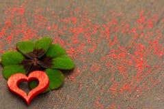 Un coeur rouge et un oxalide petite oseille Photos stock