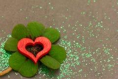 Un coeur rouge et un oxalide petite oseille Images libres de droits