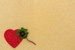Un coeur rouge et un oxalide petite oseille Photo stock