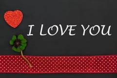 Un coeur rouge et un oxalide petite oseille Image libre de droits