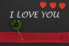 Un coeur rouge et un oxalide petite oseille Images stock