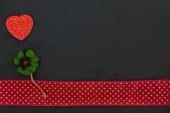 Un coeur rouge et un oxalide petite oseille Photo libre de droits