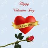 Un coeur rouge volumineux attaché avec un ruban avec une inscription je t'aime Photographie stock