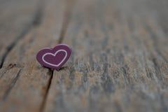 Un coeur sur le fond en bois Valentines de l'espace de copie image libre de droits
