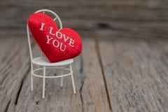 Un coeur sur le fond en bois Valentines de l'espace de copie photo stock