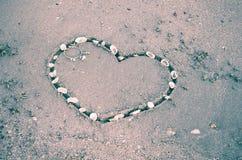 Un coeur sur le sable dans la plage Images libres de droits