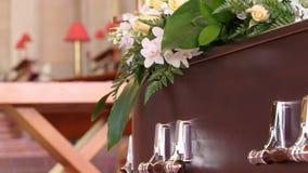 Un cofanetto variopinto in una saettia o cappella prima del funerale o della sepoltura al cimitero immagine stock libera da diritti