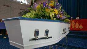 Un cofanetto variopinto in una saettia o cappella prima del funerale o della sepoltura al cimitero immagine stock