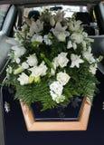 Un cofanetto variopinto in una saettia o cappella prima del funerale o della sepoltura al cimitero immagini stock libere da diritti