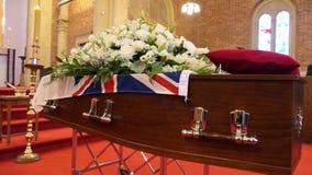 Un cofanetto variopinto in una saettia o cappella prima del funerale o della sepoltura al cimitero immagini stock