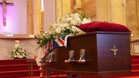 Un cofanetto variopinto in una saettia o cappella prima del funerale o della sepoltura al cimitero fotografie stock