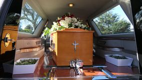 Un cofanetto variopinto in una saettia o cappella prima del funerale o della sepoltura al cimitero fotografia stock