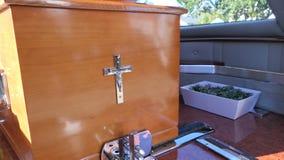 Un cofanetto variopinto in una saettia o cappella prima del funerale o della sepoltura al cimitero fotografie stock libere da diritti