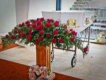 Un cofanetto variopinto in una saettia o chiesa prima del funerale immagine stock libera da diritti